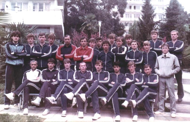 Сергей Козлов (во втором ряду в центре, в красном костюме) с партнёрами по СКА (Хабаровск)-1985 на предсезонных сборах