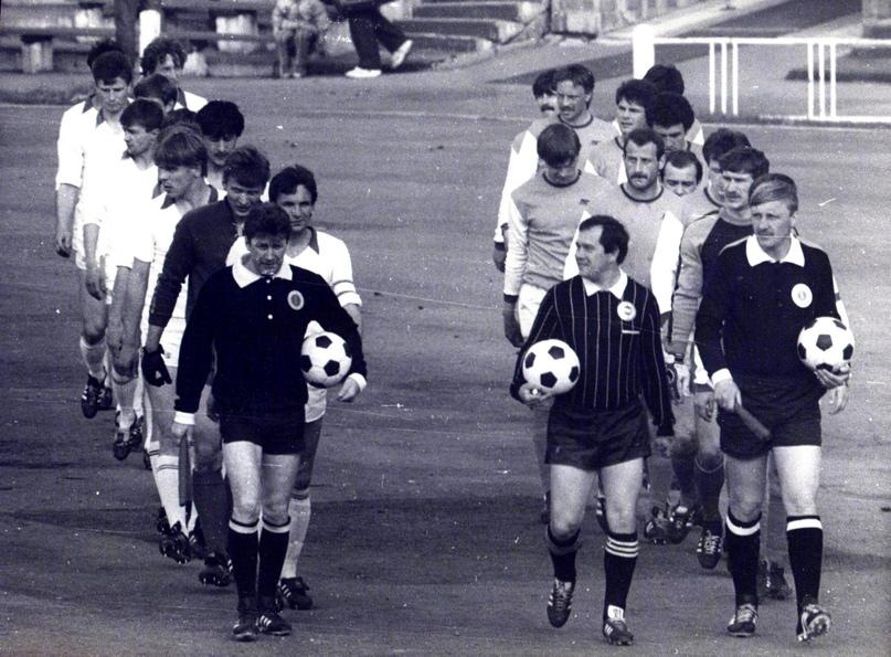 Армейцев Хабаровска на поле выводит капитан команды Сергей Козлов (в левой шеренге – второй, после арбитра)